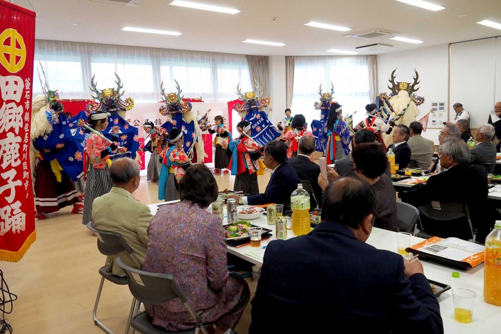 地域の郷土芸能団体が祝いの演舞を披露し、集いの場の完成を祝った
