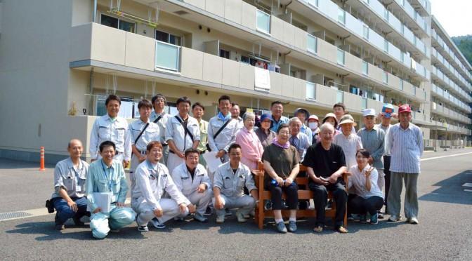 平田災害公営住宅にベンチを贈った伊豆の国市建設業協会「若手の会」会員と住民