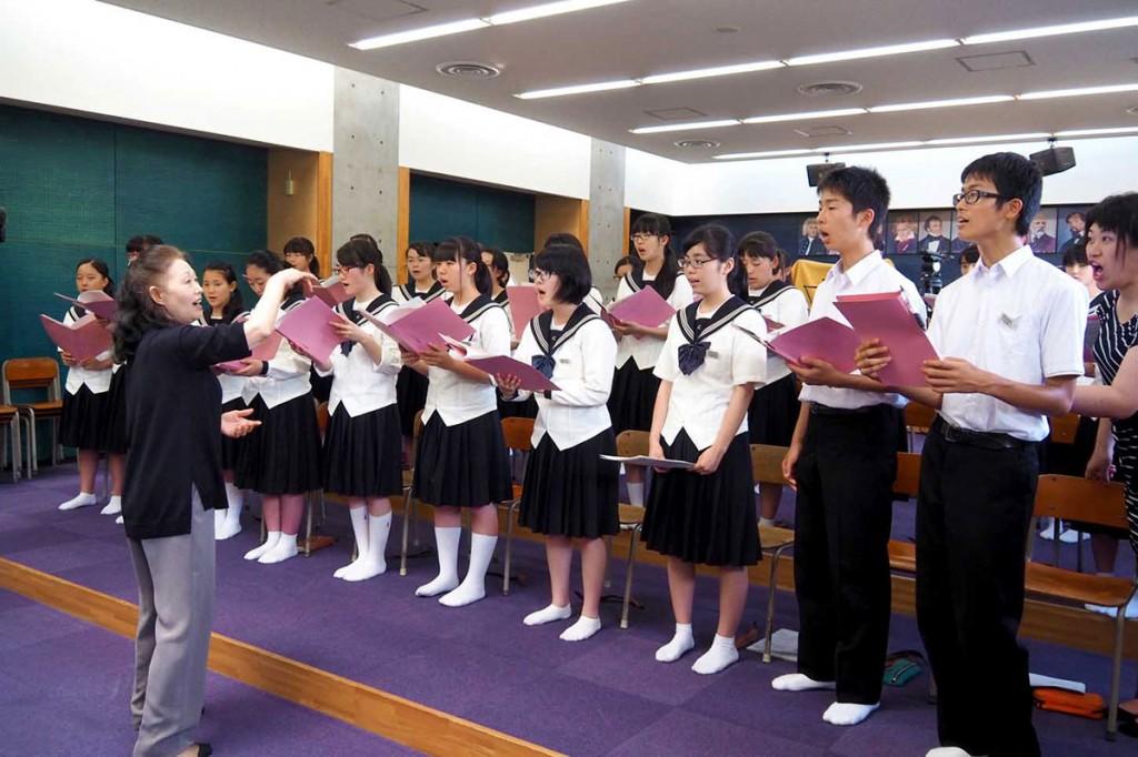 市戦没者追悼式で披露する曲を練習する翳った太陽を歌う会と釜石中特設合唱部