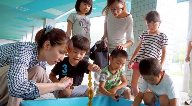 大勢の親子連れでにぎわう県水産技術センターの公開デー。さまざまな海の生き物との触れ合いを楽しんだ