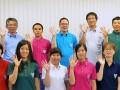 「かまリン」をあしらったポロシャツを着用する発案者の藏本英司さん(後列中)、釜石市職員ら