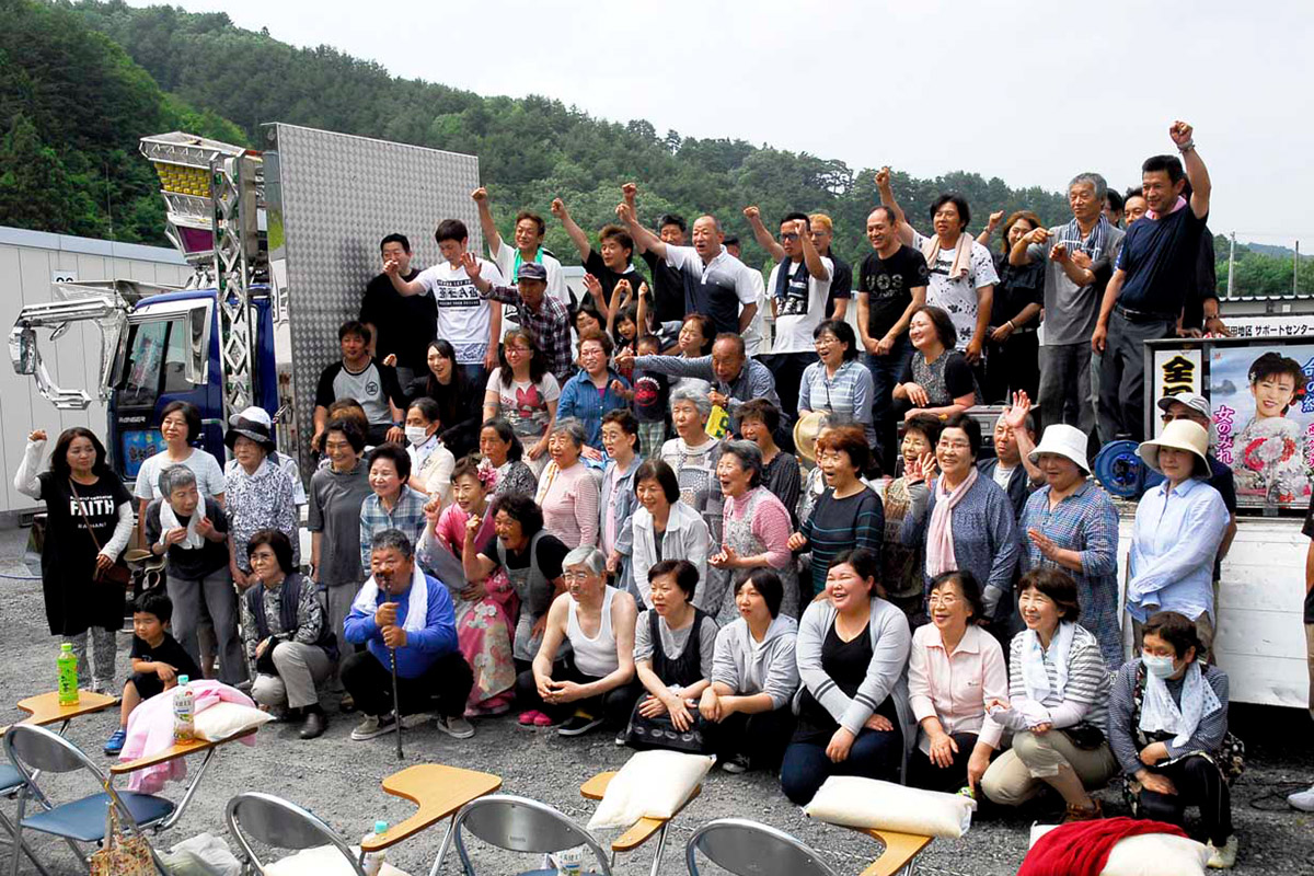 震災から7年目。互いの絆を結び、復興への思いを新たにする全国哥麿会会員と平田第6仮設団地の住民