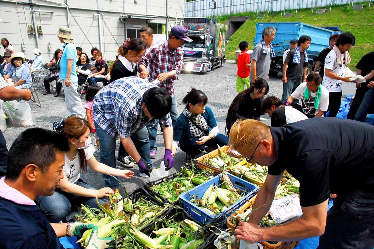 全国の支援者の善意が詰まった野菜を仕分ける会員ら