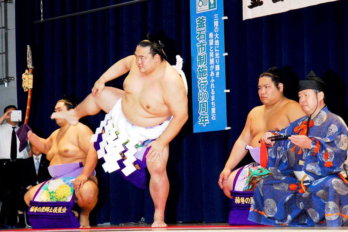 力強い土俵入りで観客を沸かせた稀勢の里関。右隣は露払いを務めた岩手出身の錦木関