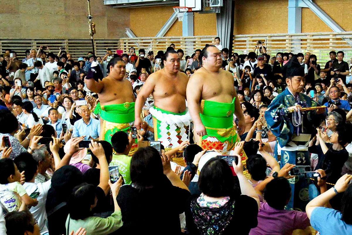 大勢の観客に迎えられ花道を進む日馬富士関ら