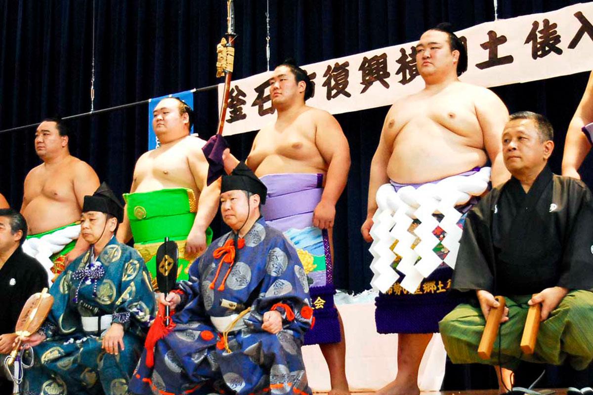 被災地に力を与えた両横綱ら日本相撲協会の一行