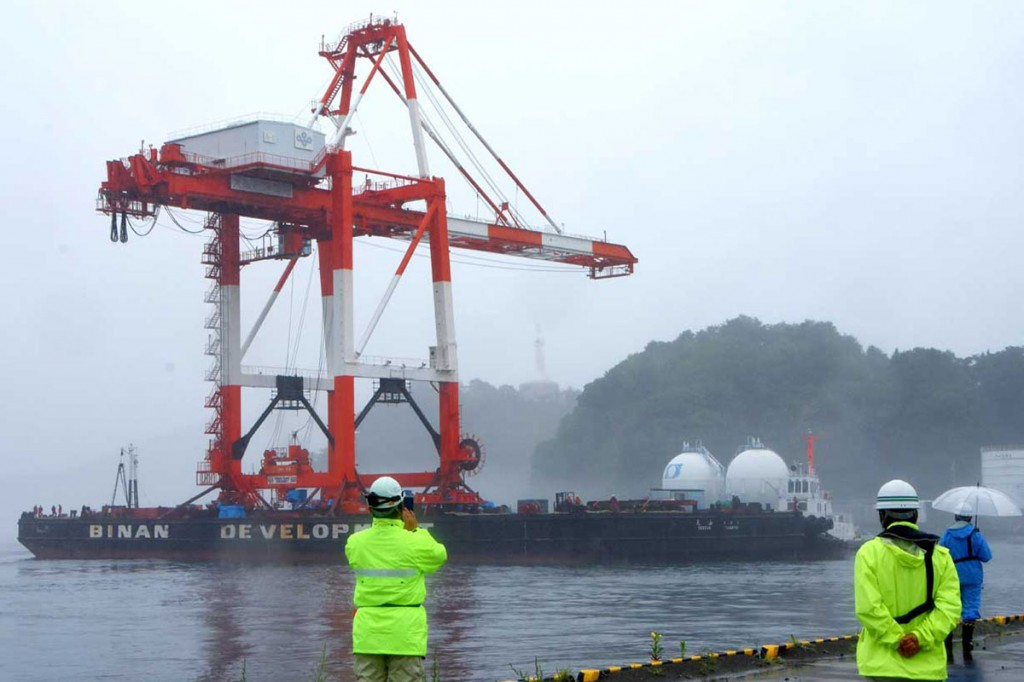 小雨模様の中、釜石港に到着したガントリークレーン=17日