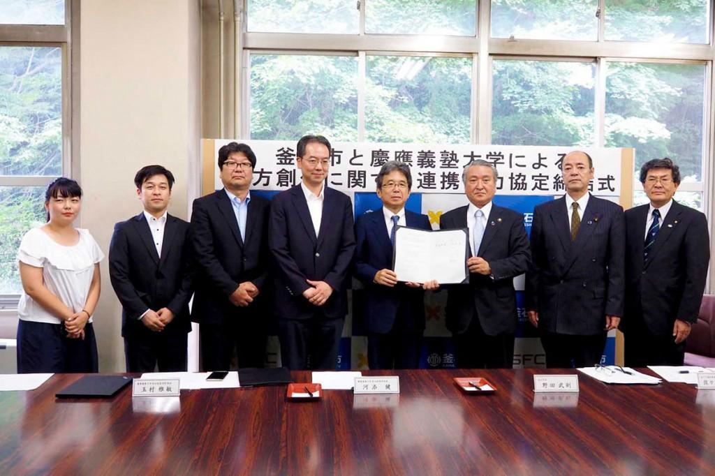 釜石市の野田市長と連携協定を結んだ慶大総合政策学部の河添学部長(右から2人目)。左端は今春、釜石高から慶大に進んだ寺崎幸季さん