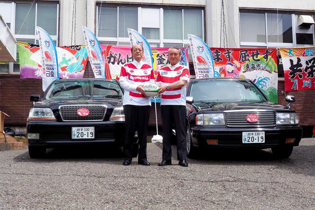 特別仕様のナンバープレートを取り付けた公用車を前に野田市長(右)と佐々木議長
