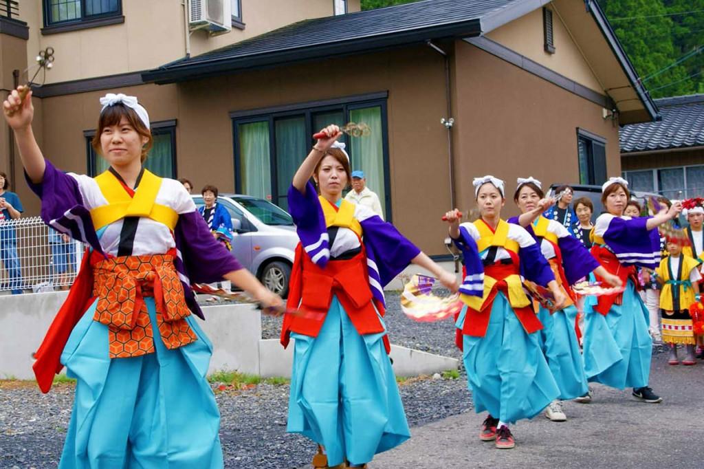 伝統の舞で地域を元気づけた丹内神楽の踊り手ら