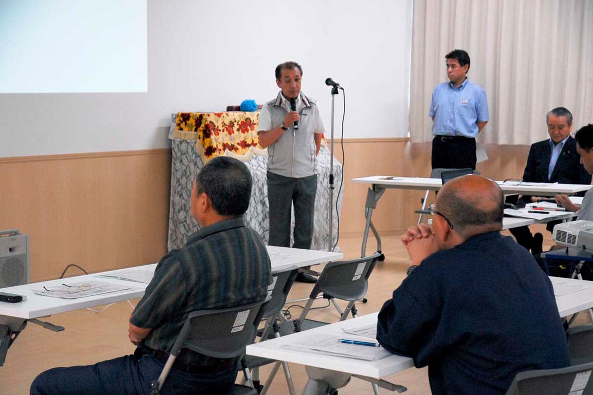 市の説明に先立ち、あいさつする三浦会長。多くの遺族の参加を期待していたが…