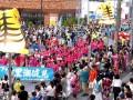 「ファイト黒潮健児」の横幕を掲げて行進する平田小の児童ら。沿道では約7千人の見物客が声援を送った