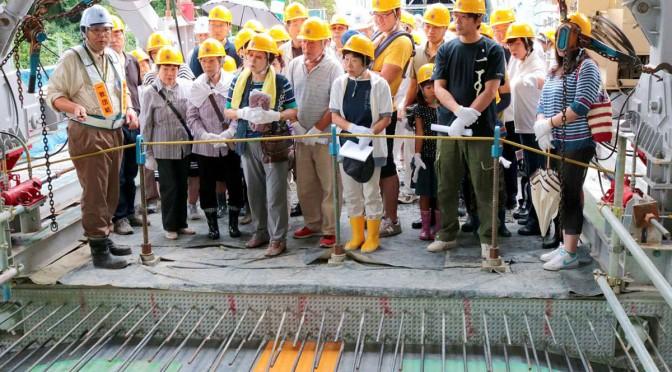 阿久津所長(左)から橋の工事について説明を受ける地元住民