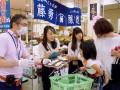 買い物客に商品をPRする学生インターン