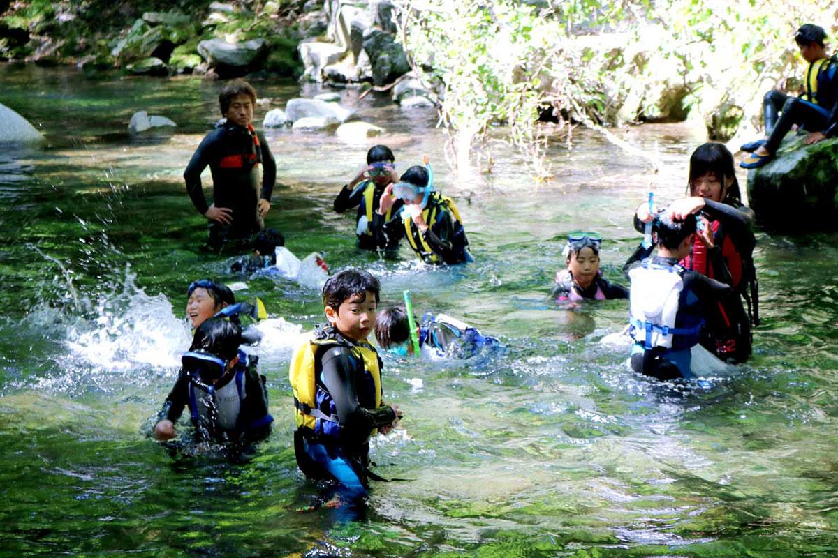 「こんな所があったんだ!」。郷土の素晴らしい自然に感激しながら川遊びを楽しむ子ども