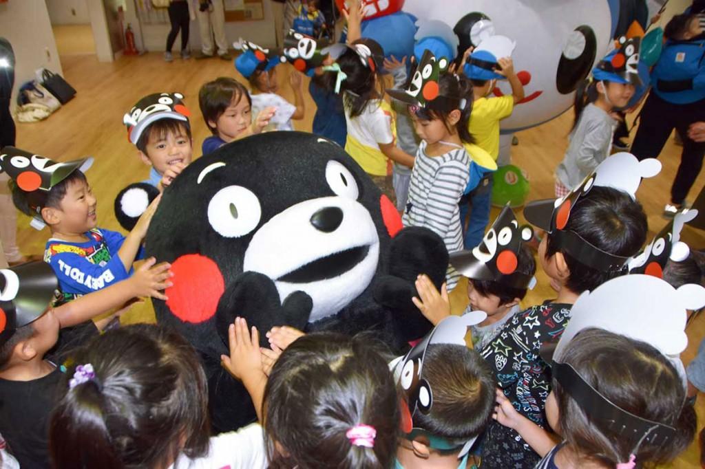 「くまモン」をもみくちゃにして歓迎する釜石市内の幼稚園児ら