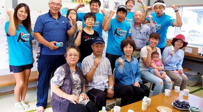 鵜住居町の仮設団地で住民と触れ合った間寛平さん(2列目右から3人目)ら