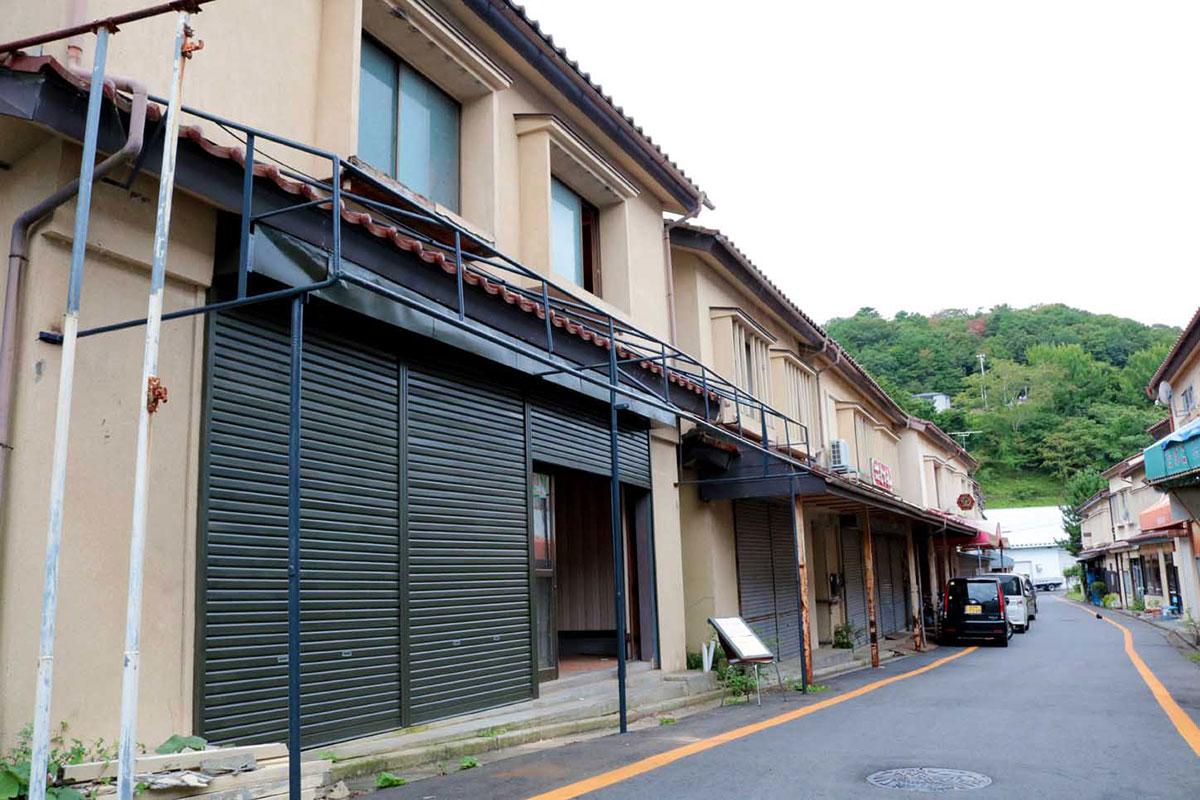 改修作業を実施中の釜石大観音仲見世通りの空き店舗(左手前)