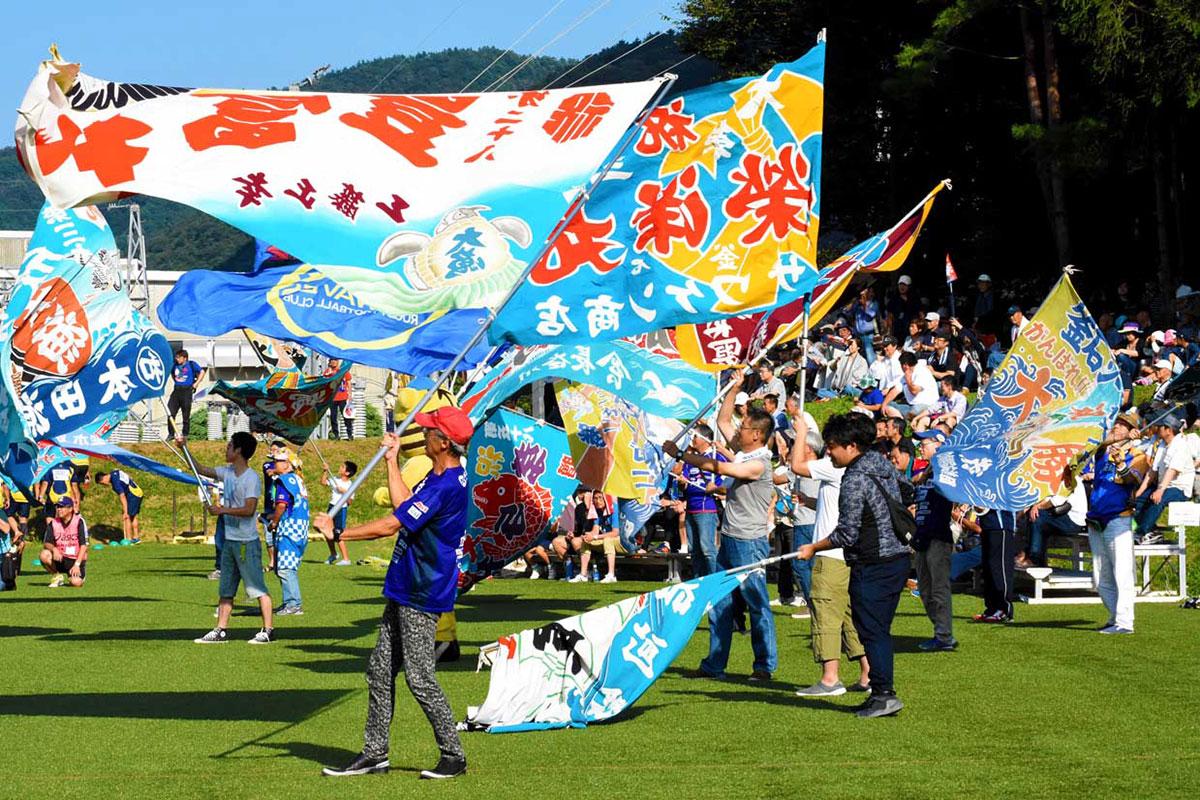 大漁旗を振り、選手に力を送るSW釜石応援団