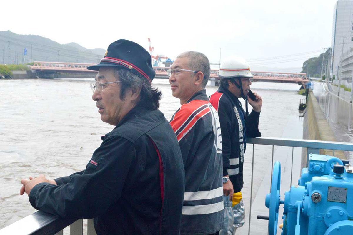 甲子川河口部では消防団が水門を調整し警戒=18日朝