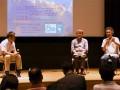 暮らしと復興の意識調査について結果を報告する神戸大の平山教授(右)と東大の佐藤教授(中)