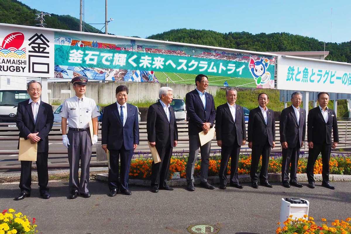 トヨタレンタリース釜石駅前店に設置された「釜石ラグビー」PR・応援看板