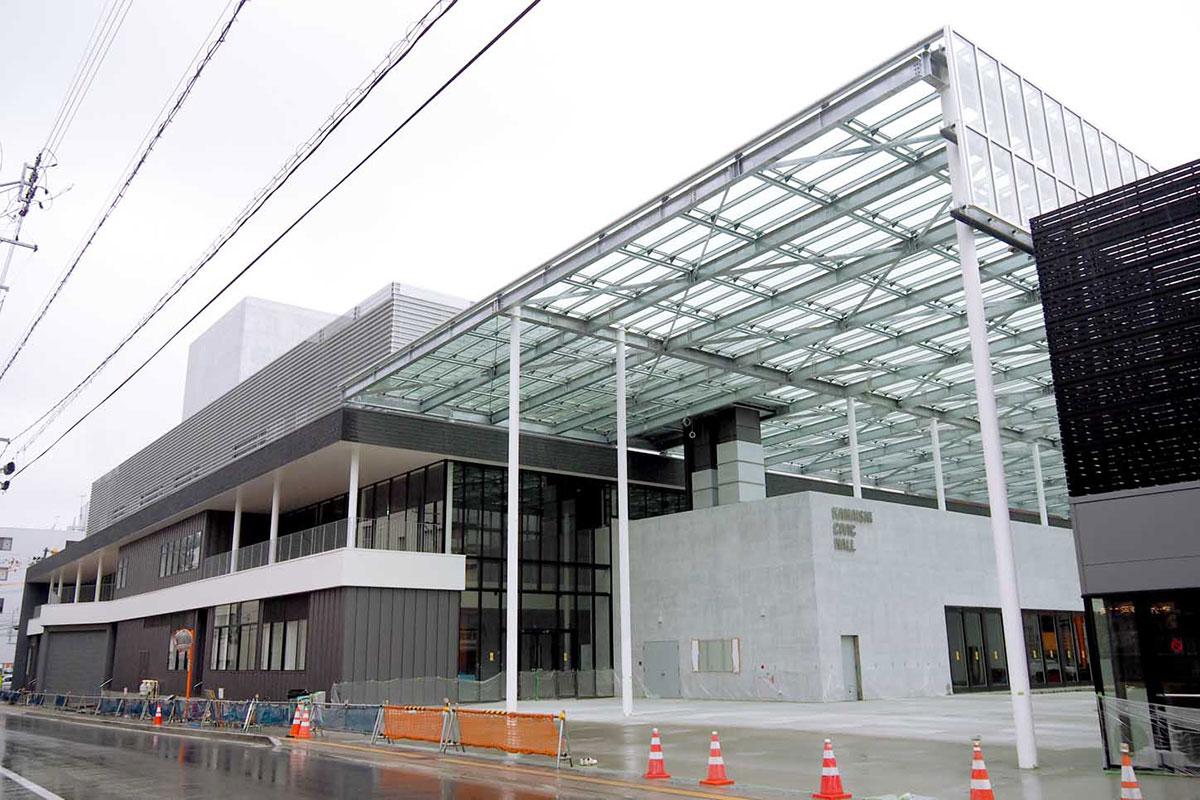 完成間近の市民ホール。愛称は「TETTO」