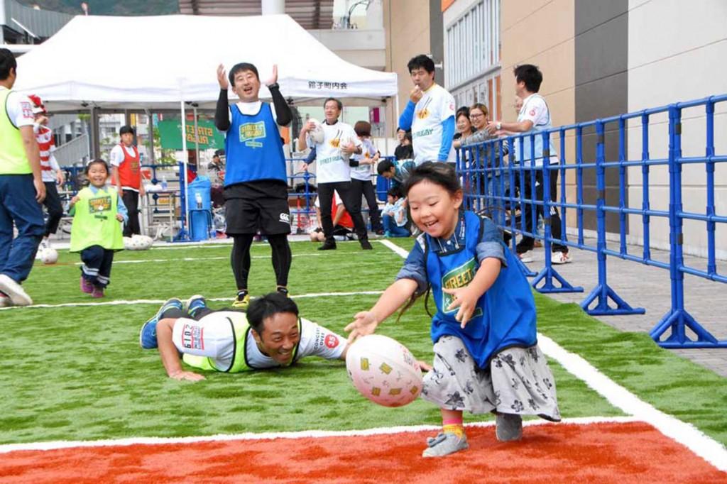 ストリートラグビーを楽しむ子どもたち=9月30日、イオンタウン釜石前の特設スペース