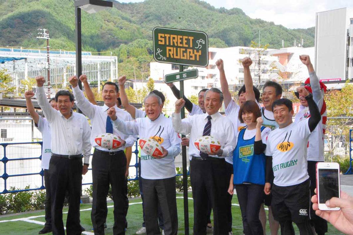「ラグビーW杯を成功させよう」と呼び掛ける鈴木俊一五輪相、野田武則市長ら