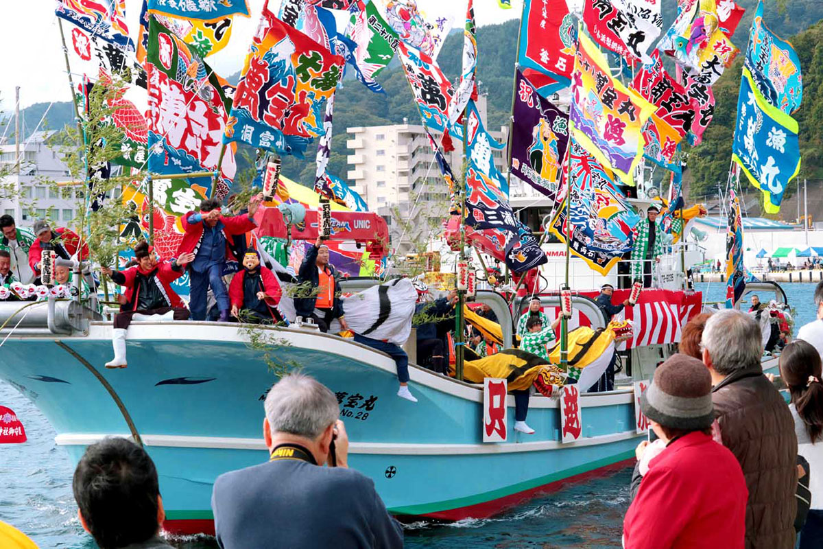 大漁旗を掲げた船上で芸能団体が躍動した曳き船まつり=14日