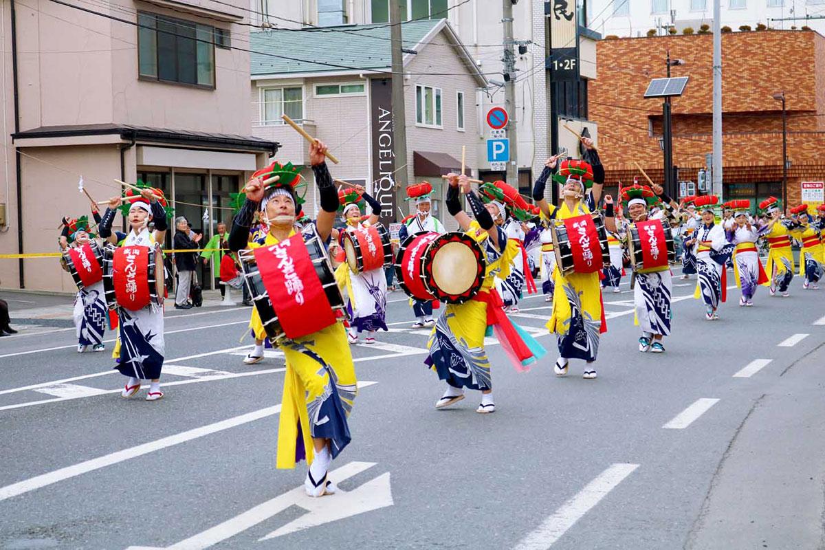 盛岡さんさ踊りの面々は心地よい太鼓の響きとしなやかな舞で見物客を魅了=15日