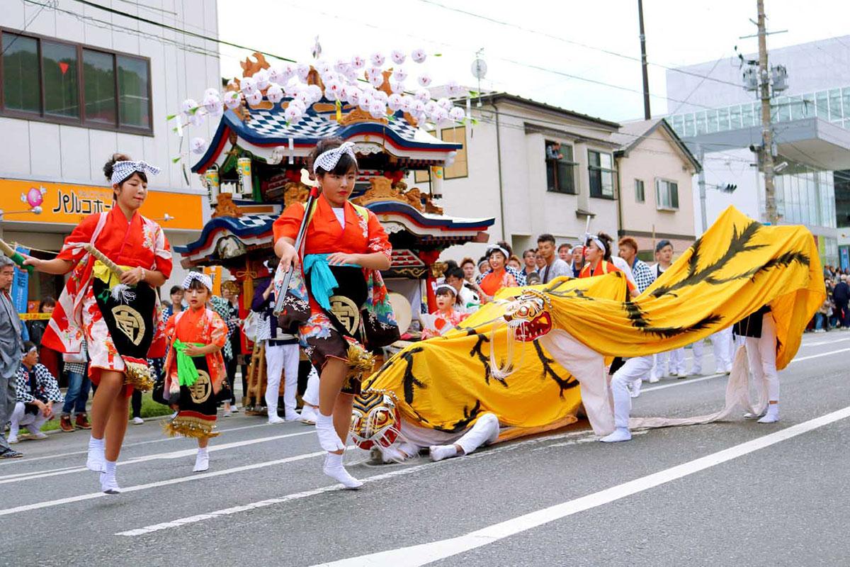 尾崎町(台村)虎舞のはやし方で、子どもたちは威勢の良さを一層高めた=15日
