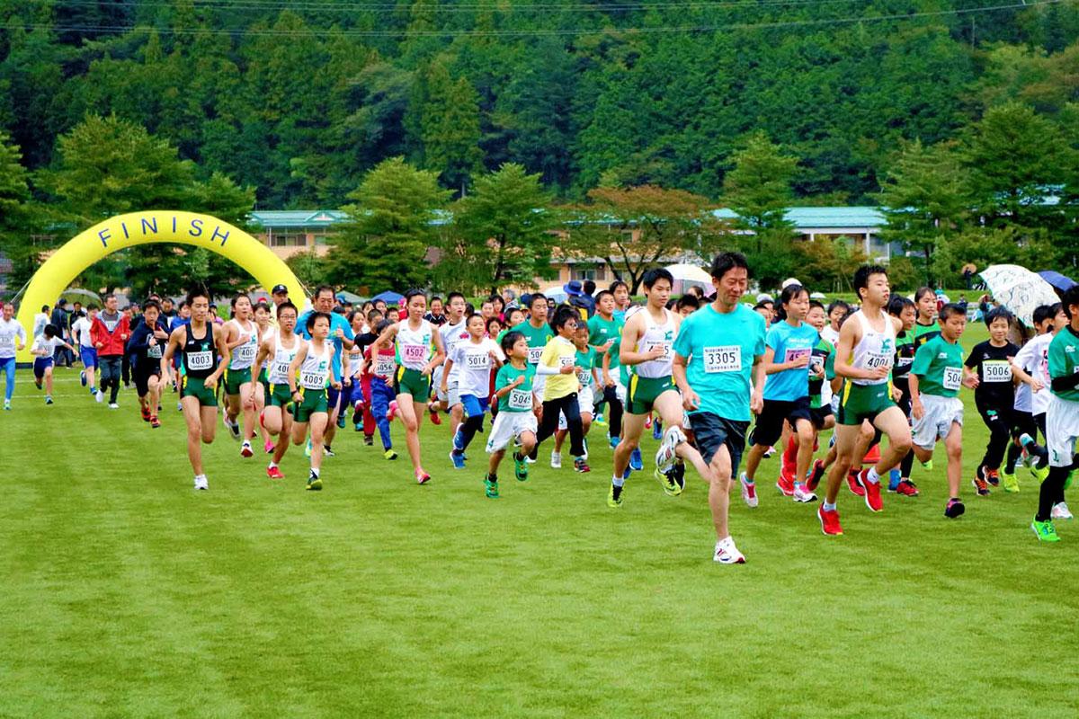 完走を目指し勢いよくスタートを切る3.2キロの部。大勢の市民ランナーが元気な走りを見せた