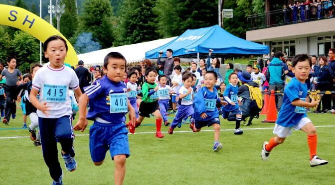 力強い走りで健やかな成長をアピールする幼児