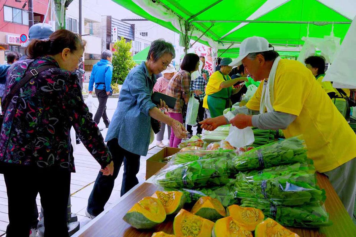 地元産直による販売ブース。新鮮野菜に思わず手が伸びる来場者
