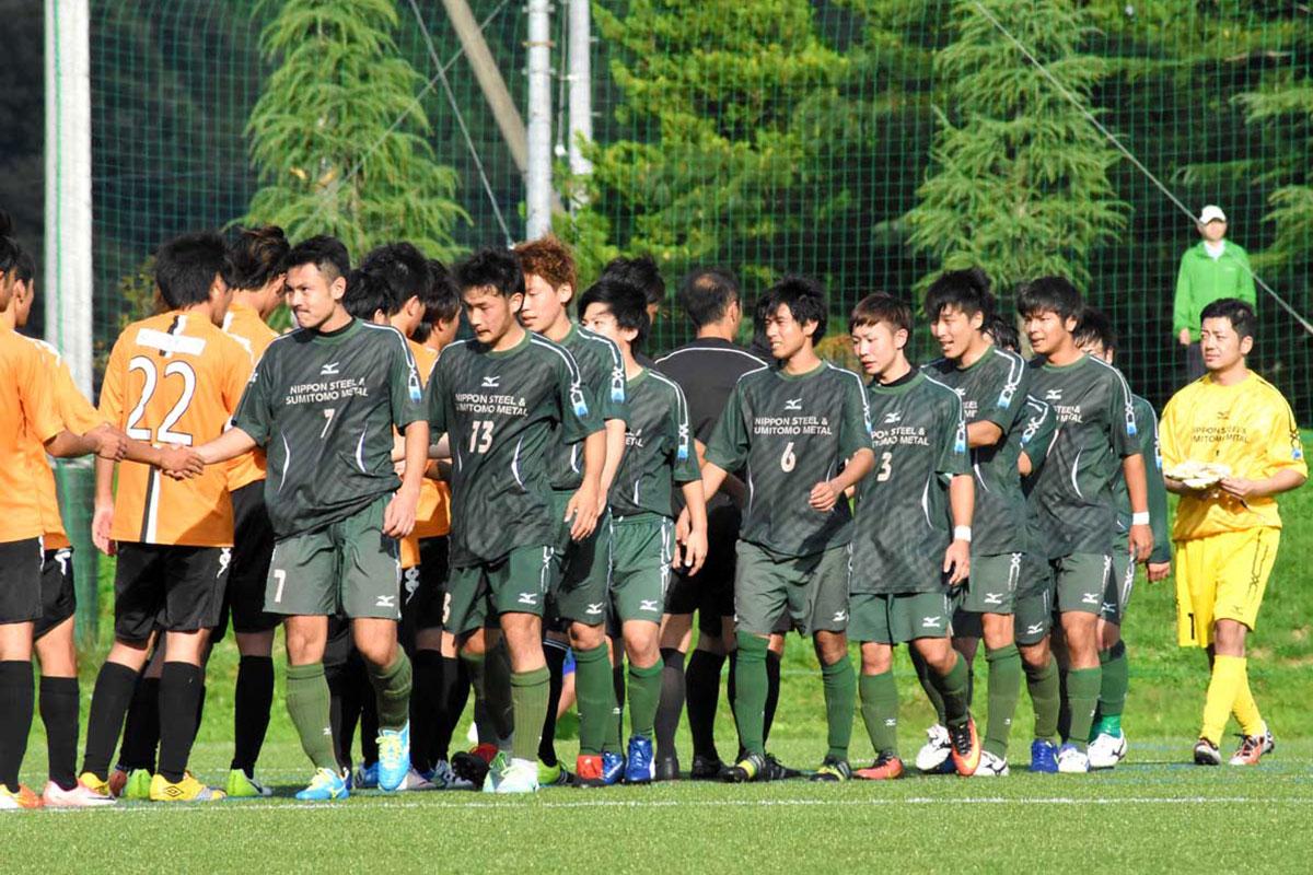 勝利を喜ぶ新日鉄住金釜石の選手
