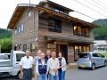 木組みの技による伝統工法で建てられた「潮見第」と、完成を喜ぶ地元の協力者