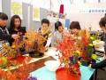 講師の助言を受けながら生け花に取り組む釜石草月会華道こども教室の子どもたち