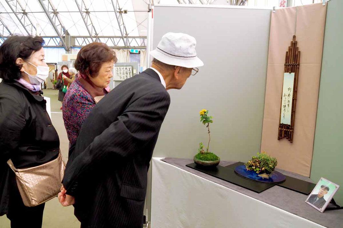 岩切潤さんをしのぶ展示には多くの人が足を止めた