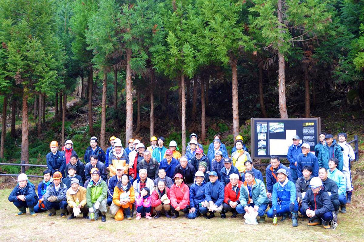 100年先の豊かな森づくりに協力したボランティアら