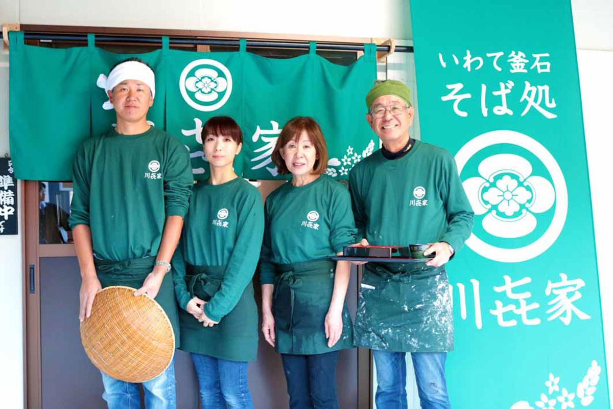 新店舗に夢を描く川端学店長(左)。父實さん、母秀子さん、妻美幸さん(右から)と