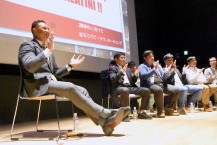 かつてのチームメートと手拍子を合わせ、釜石シーウェイブスの応援歌を歌うピタ・アラティニさん(左)