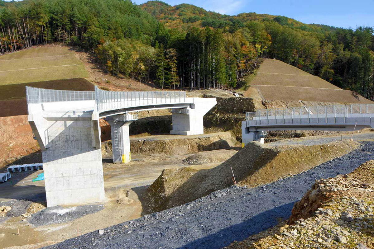 三陸沿岸道と東北横断道を結節する釜石ジャンクションの工事現場
