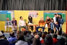 テント劇の日中公演という制約を逆手に取った演出を、キャストの熱演、観客の好反応が支えた