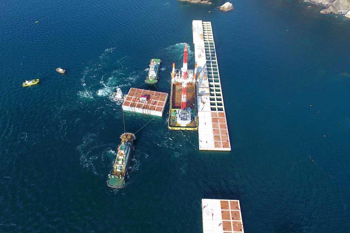 ドローンで空撮した最後のケーソン据え付け作業=釜石港湾事務所提供