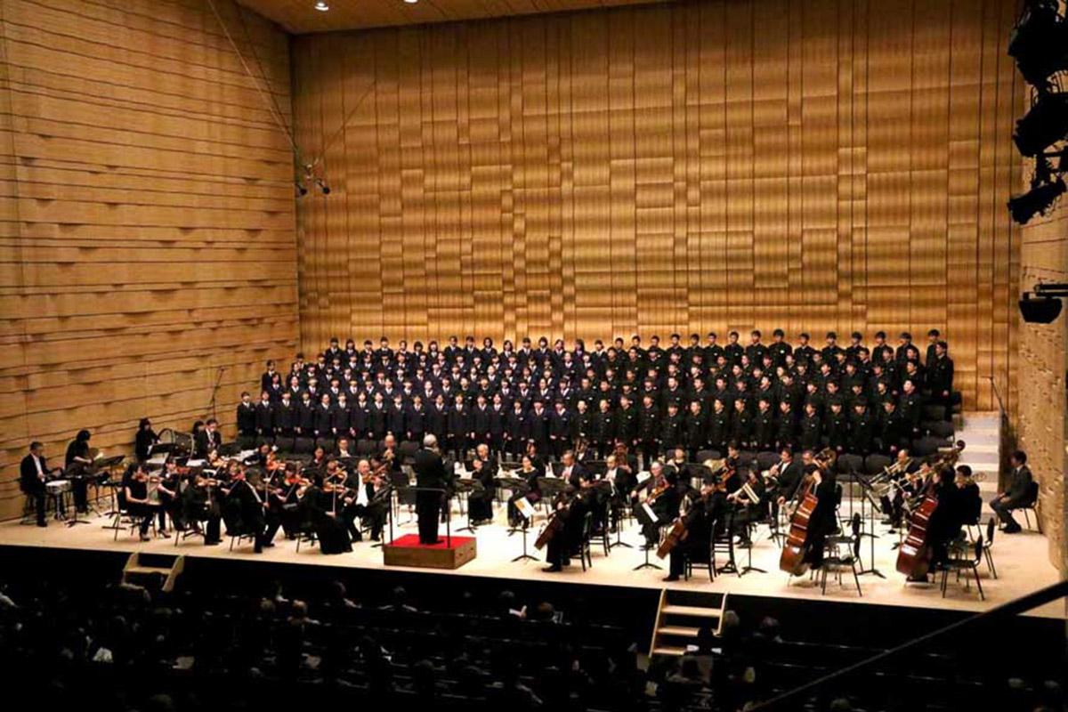 開館記念のステージで高らかに校歌を歌う甲子中の全校生徒
