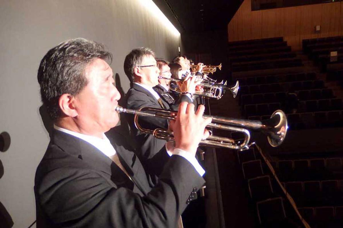再現された開幕のファンファーレを演奏するメンバー