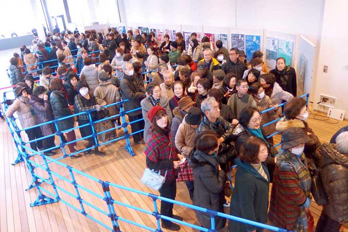 開演の1時間以上も前から列をつくり入場を待つ市民ら