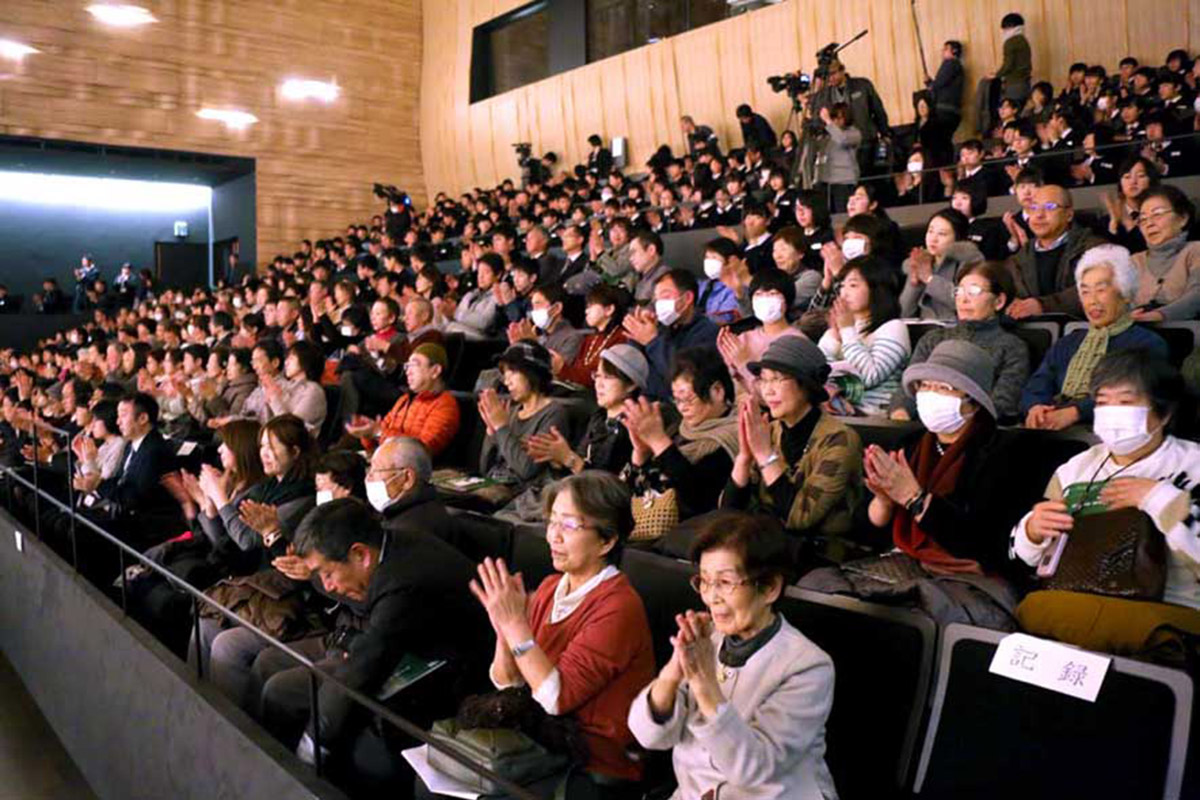 復興への熱い思いを込めた第九に拍手を送る市民ら