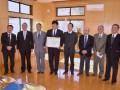 市長から感謝状を受けた瀧澤社長(中央左)